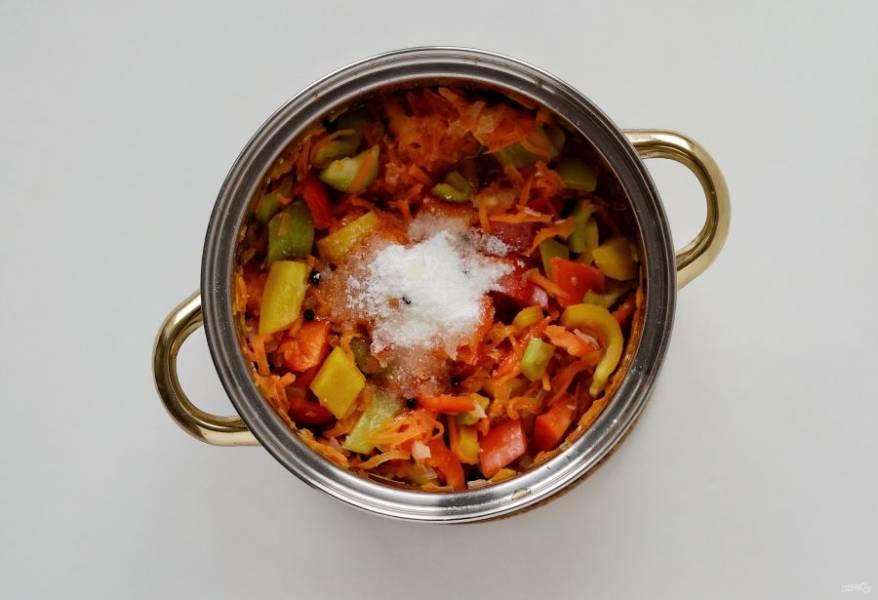 Добавьте соль, сахар, черный перец и растительное масло. Перемешайте и тушите 10 минут. В конце влейте уксус и варите под крышкой ещё 2 минуты.