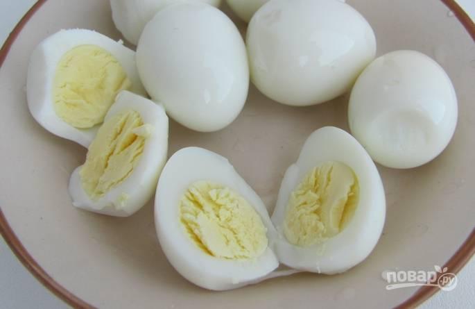 Кипятим воду в кастрюле. Отвариваем в ней перепелиные яйца 5 минут. Даем им остыть, очищаем и разрезаем на половинки.