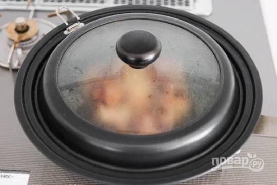3.Обжарьте мясо с одной стороны до золотистой корочки, затем переверните на другую сторону, добавьте 1 ложку саке и накройте крышкой, готовьте еще 5-7 минут.