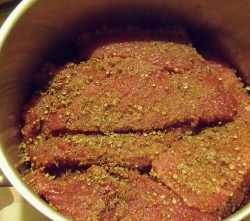 1. Предварительно смешаем все специи (кроме уксуса и сала, разумеется). Мясо нарезаем тонкими ломтиками, натираем смесью специй и чуть взбрызнем уксусом. Мясо затем плотно укладываем в любую нержавеющую ёмкость, сверху кладем гнет и помещаем в холодильник на 12 часов. Через 6 часов мясо переворачиваем, заново трамбуем и ставим под гнет. Через 12 часов делаем слабый уксусный раствор (на 1 литр воды 2 столовые ложки яблочного уксуса). Опускаем промаринованное мясо в разведенный уксус на 5 минут, тщательно в нем полоскаем и затем крепко отжимаем.