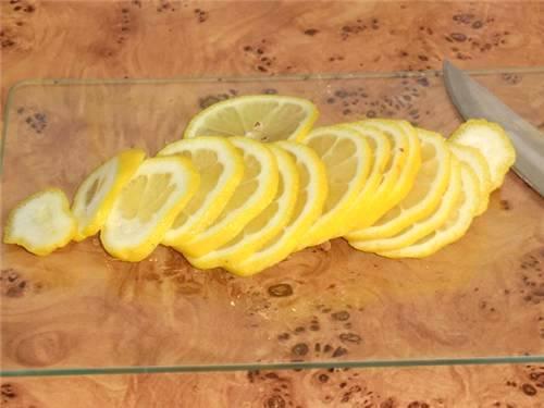 Лимон также промываем и нарезаем тонкими кружочками.