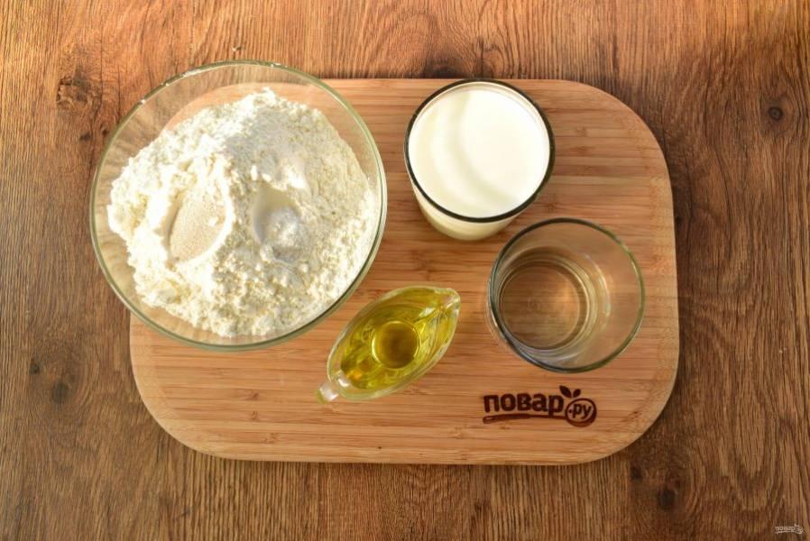 Подготовьте необходимые продукты. Муку просейте, соедините с сухими дрожжами и солью.