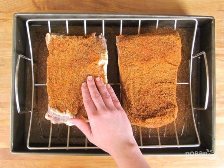5. Сделайте смесь из перца, паприки и кориандра. Обмажьте ей говядину. Оставьте мясо в таком виде на 2 часа при комнатной температуре.