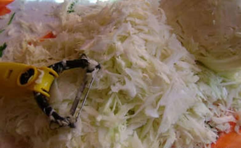 Болгарский перец вымойте. Капусту нашинкуйте как на борщ. Можно воспользоваться специальной теркой.