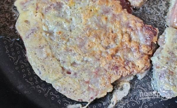4. Выложите на сковороду с разогретым растительным маслом и жарьте с двух сторон до румяности на среднем огне.