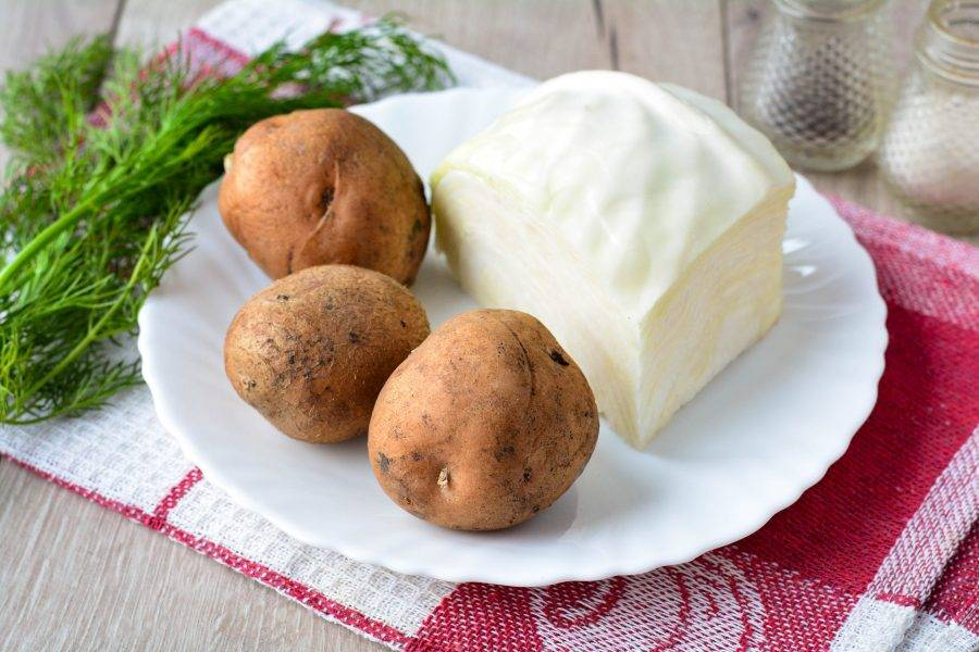 Подготовьте ингредиенты для приготовления начинки из картошки.