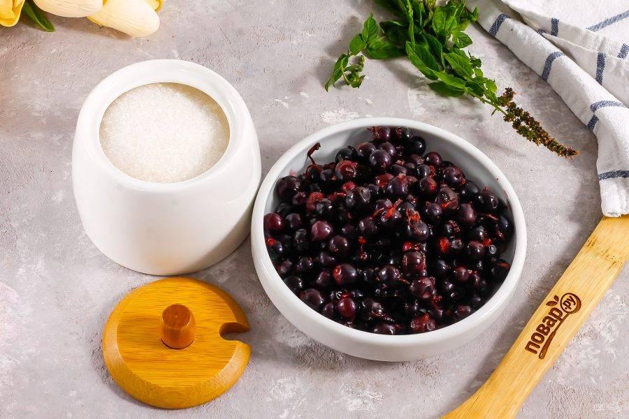 Подготовьте указанные ингредиенты. Если смородина кислая, то увеличьте норму сахара до 400 грамм.