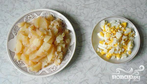 2. Нарезаем кубиками яйца и картофель. Не желательно, чтобы размеры кубиков были очень большими,  лучше нарезать средними или маленькими кубиками.