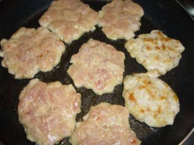 Выкладывайте фарш на сковороду ложкой в виде оладий на раскаленное масло.