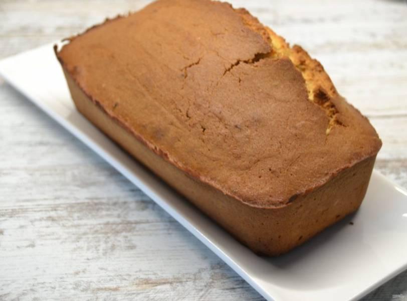 Выпекайте кекс 1 час при температуре 180 градусов, готовность проверяйте зубочисткой, она должна выходить сухая. Готовый кекс охладите до комнатной температуры.