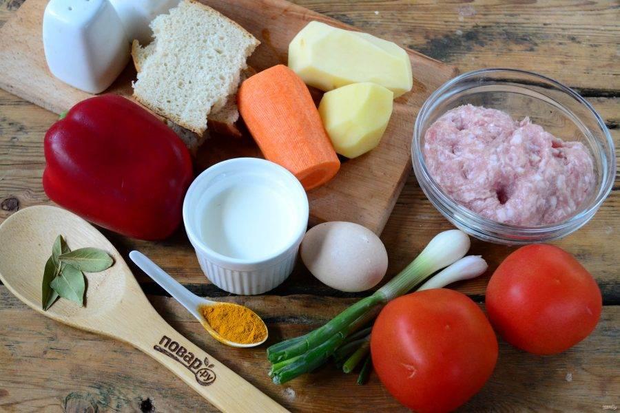 Подготовьте все необходимые ингредиенты. Все овощи: картофель, лук, морковь и корень сельдерея очистите, помидоры ополосните.