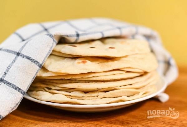 6. Готовые лепешки складывайте на тарелку и прикрывайте чистым полотенцем. Приятного аппетита!
