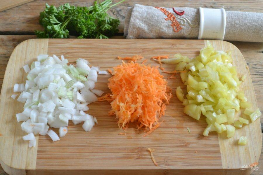 2.Лук и перец порежьте мелким кубиком. Морковь натрите на мелкой терке.