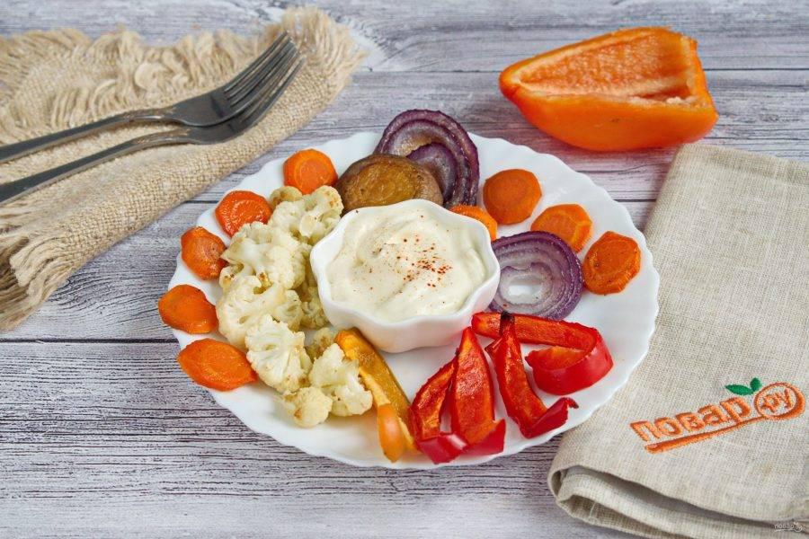 Подавайте запеченные овощи и грибы с греческим йогуртом. Приятного аппетита!