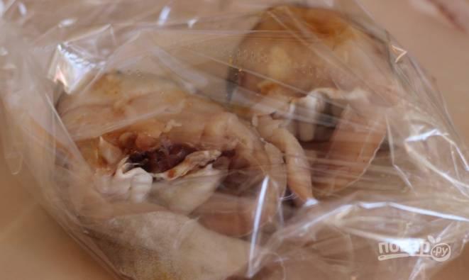 После того как кусочки рыбки хорошенько промаринуются, сложите их в рукав для запекания и сбрызните любым растительным маслом без запаха, чтобы рыба была сочнее.