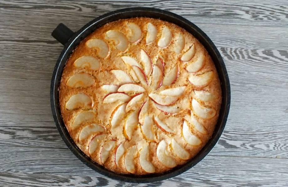 По истечении времени достаньте пирог из духовки.