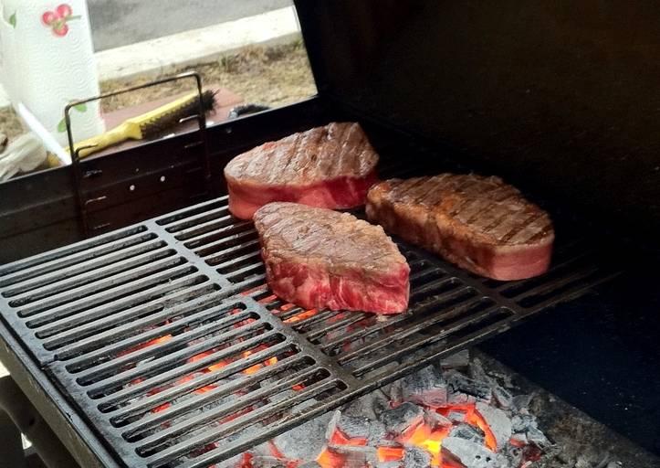 Мясо каждый готовит исходя из своих предпочтений, но принято его подавать, когда оно хорошо прожарено снаружи, но при этом красное внутри. Проверить готовность говядины можно, надрезав ее ножом.