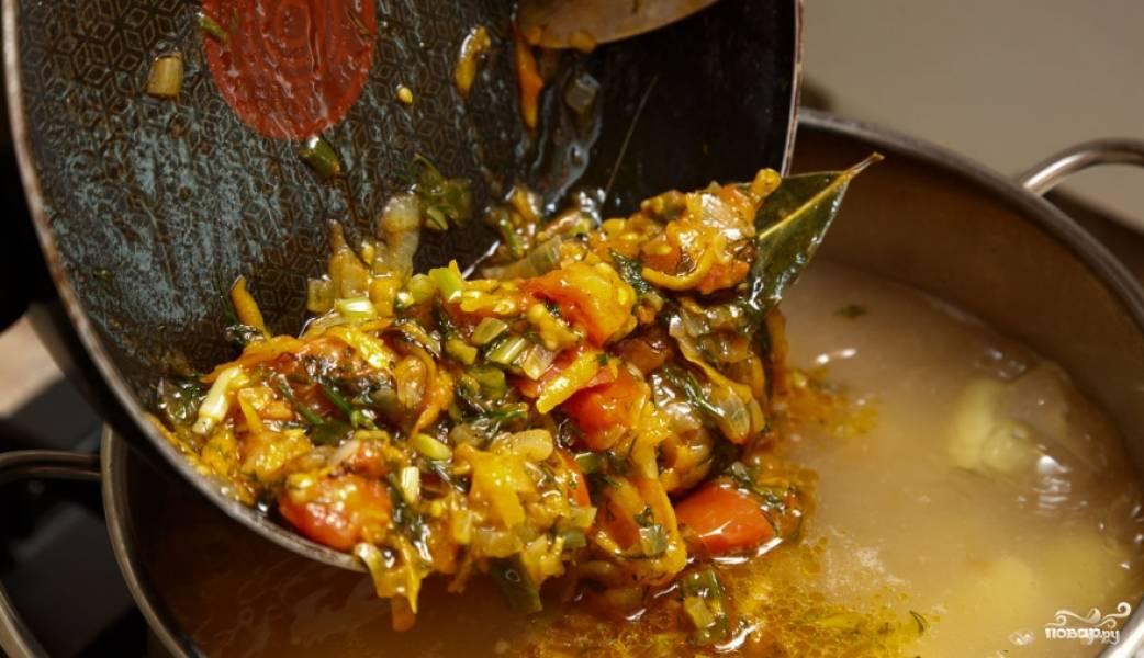 3. И вот теперь, когда картошка и фасоль уже готовы, всыпаем нашу смесь со сковороды. Опять же накрываем крышкой и доводим до кипения бульон.