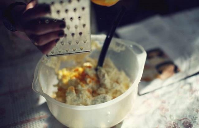 К сыру добавляем цедру лимона и апельсина.