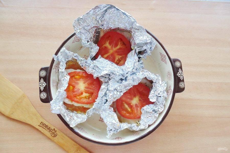 Запекайте судака с помидорами в духовке, разогретой до 180-185 градусов 20-25 минут.