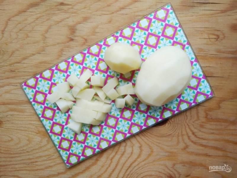 4. А картофель порежьте небольшими кубиками.