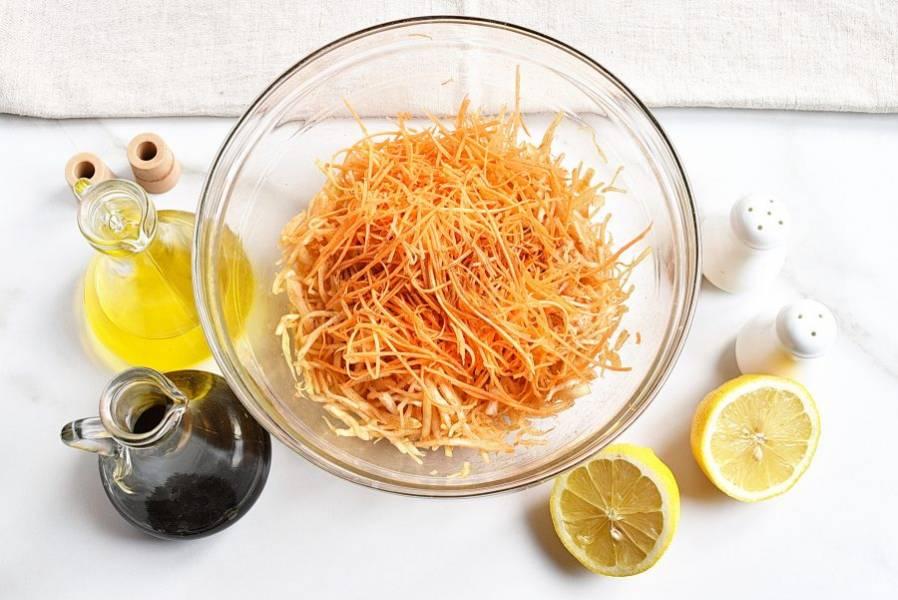 Добавьте к капусте натертую на корейской терке свежую морковь. Полейте салат оставшимся соевым соусом, лимонным соком, посыпьте сахаром и добавьте ложку растительного масла. Хорошо перемешайте.
