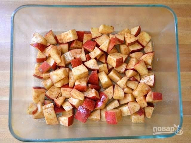 3.На дно формы для выпекания выложите кусочки яблок вместе со специями.