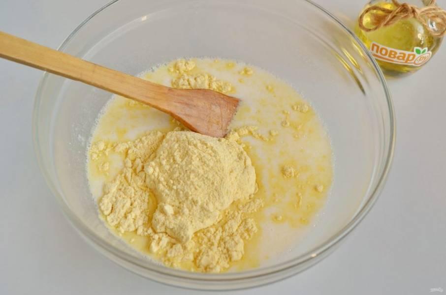 4. Влейте кипяток, быстро перемешайте тесто и начните всыпать муку, нужно сразу добавить два стакана и перемешать тесто до однородного состояния.