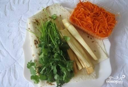 Для приготовления этого вкусного и простого блюда вам понадобится лаваш (выбирайте тонкий и эластичный), корейская морковка, которую можно купить на рынке или приготовить самому, сыр сулугуни и зелень (кинза).