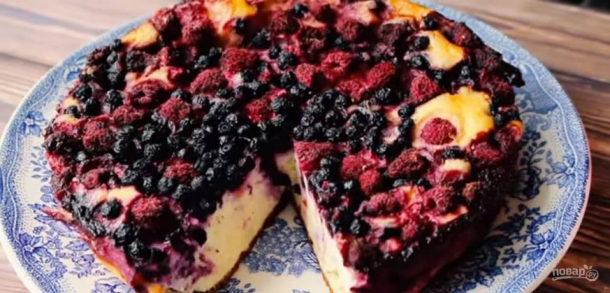 3. Украсьте запеканку ягодами и выпекайте в разогретой до 180 градусов духовке около часа. Дайте запеканке полностью остыть в духовке. Приятного аппетита!