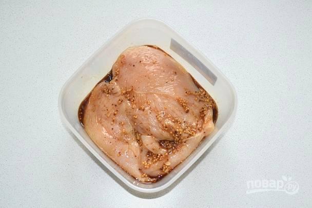 Аккуратно все перемешайте, чтобы равномерно распределить маринад. Уберите филе в холодильник на 5-6 часов.
