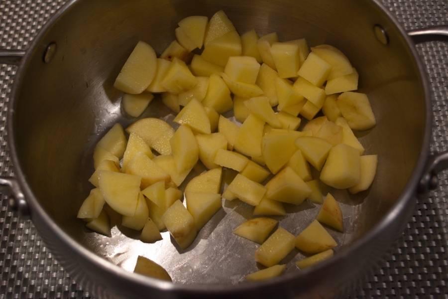 3. Картофель очистить от шкурки. Нарезать кубиком. Поместить в кастрюлю и залить водой. Ставим картофель вариться.