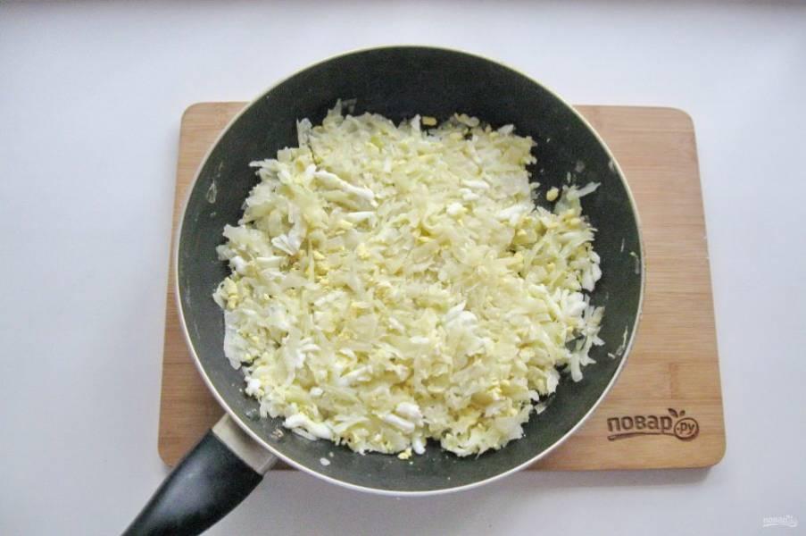 Яйца сварите вкрутую, охладите и очистите. Натрите на терке или мелко нарежьте и добавьте в тушеную капусту. Посолите по вкусу и перемешайте. Начинка для бэккенов готова.