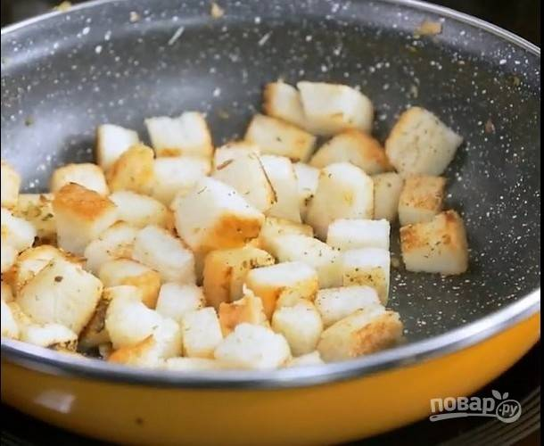 Нарезанные кубики хлеба обжарьте в глубокой сковороде на сливочном масле на среднем огне, добавьте орегано, жарьте до золотистого цвета.