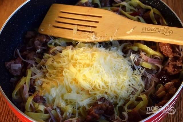 Теперь очередь маскарпоне и твердого сыра, натертого на мелкой терке. Перемешиваем и подаем.