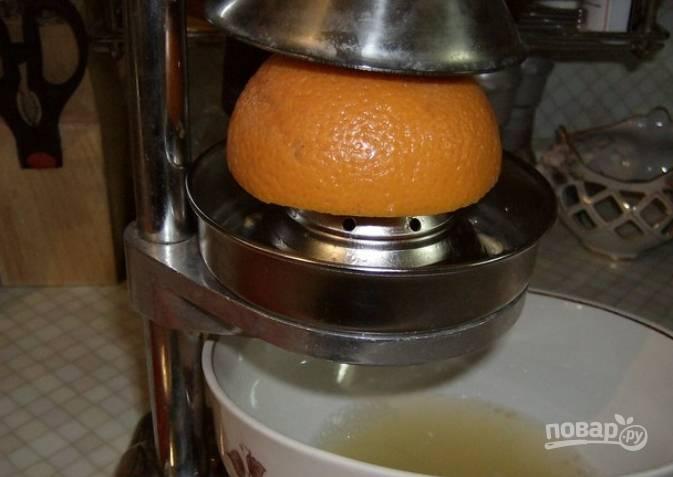 Также выжимаем сок из апельсинов. Оба сока смешиваем.