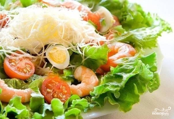 Сверху салат посыпьте тертым пармезаном. Я обычно после этого не перемешиваю.