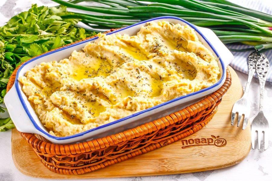 Приготовленный ПП хумус выложите в пиалу или на блюдо, сформируйте ложкой в нем углубления и полейте оливковым маслом, присыпьте молотым сушеным тимьяном или молотой сладкой паприкой, куркумой. Подайте к столу.
