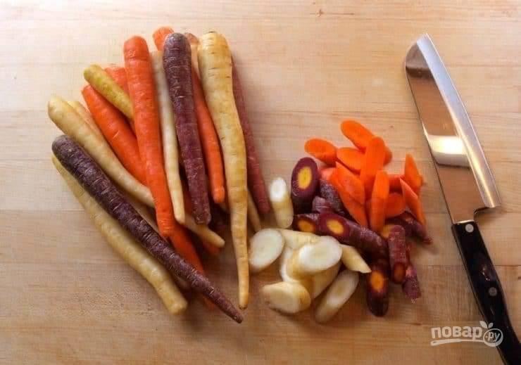 Промытую морковь нарежьте кусочками по диагонали толщиной в 1-1,5 см.