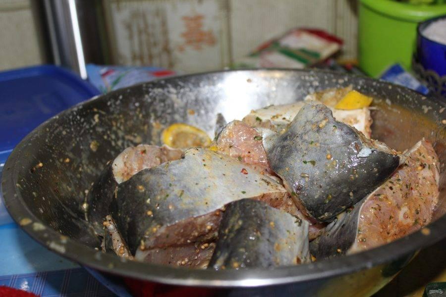 3. Смешиваем рыбу с маринадом и даем ей постоять около 20 минут (минимум), чтобы она хорошо промариновалась.