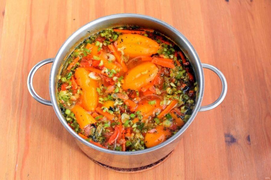 Положите в суп свежесмолотые или толченые в ступке пряности, попробуйте на соль. Добавьте острый перец по вкусу. Накройте суп плотно крышкой, отключите нагрев и дайте настояться 15-20 минут.