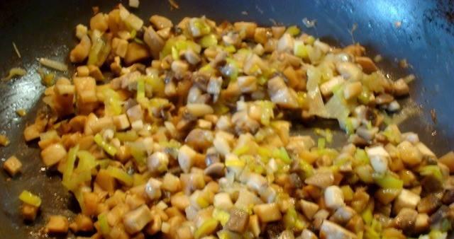 На растительном масле обжариваем лук и грибы, примерно 5 минут. Добавляем чеснок и готовим еще 3 минуты.