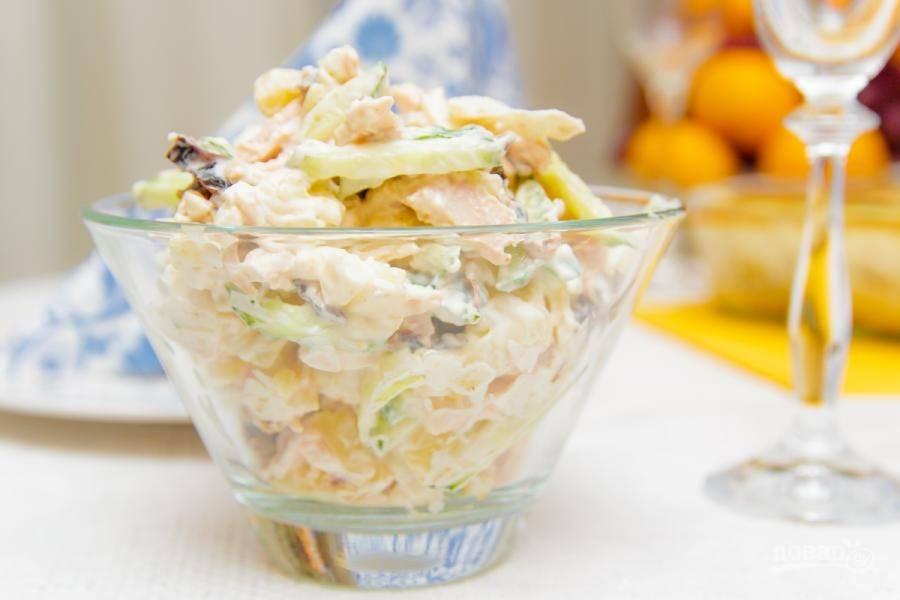Все ингредиенты перемешайте с майонезом и солью. Салат готов! Приятного аппетита!