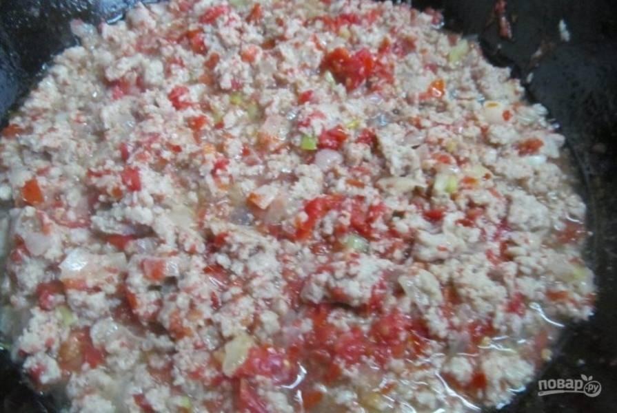 Потом добавьте измельчённые помидоры без кожуры. Тушите фарш до готовности, добавив соль и перец.