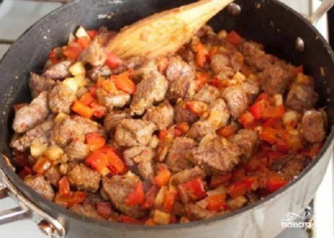 3.Добавить обжаренное мясо к овощам. Положить муку и хорошо перемешать. Жарить всю массу в течение 2-3 минут. Переложить содержимое сковороды в большую кастрюлю и залить бульоном. Добавить по вкусу соль и перец и довести до кипения. После этого уменьшить огонь и варить 1,5 часа, пока не сварится мясо. Добавить фасоль, проварить еще минут 10 и можно подавать острый суп на стол. Украсить зеленью.