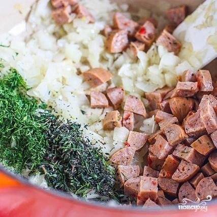 2. Добавить тимьян, укроп и колбасу. Готовить, помешивая, около 5 минут, пока колбаса не станет коричневой.