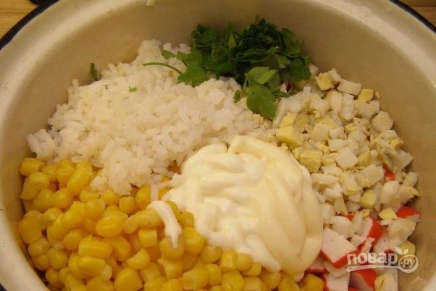 Смешайте все ингредиенты, включая сваренный рис, кукурузу и майонез.