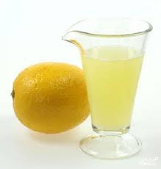 Лимон помыть, выдавить сок. Этим соком полить шампиньоны.