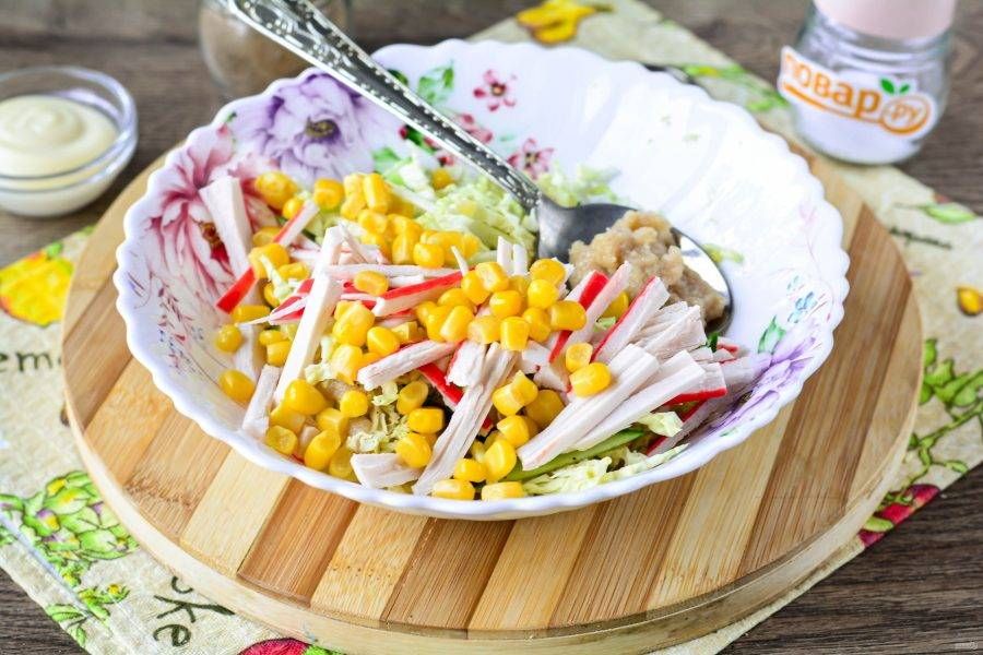 Всыпьте в салат сладкую консервированную кукурузу, она будет играть своим вкусом на контрасте.