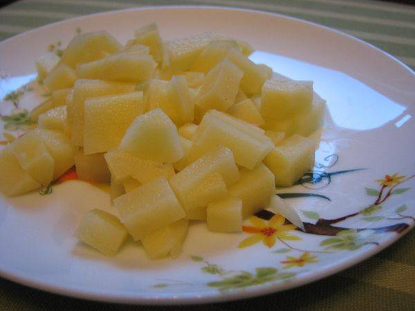Соломкой или кубиками нарезаем картофель.